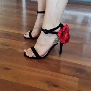 Super cute rose accent heels size 6